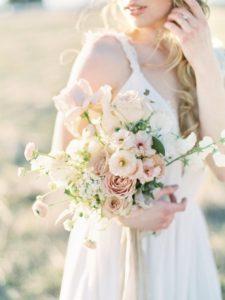 sposa moderna con bouquet rosa