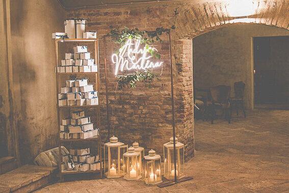 wedding neon sign, insegna neon matrimonio allestimento bomboniere, angolo bomboniere, elegant wedding reception, elegant wedding welcome, benvenuto elegante