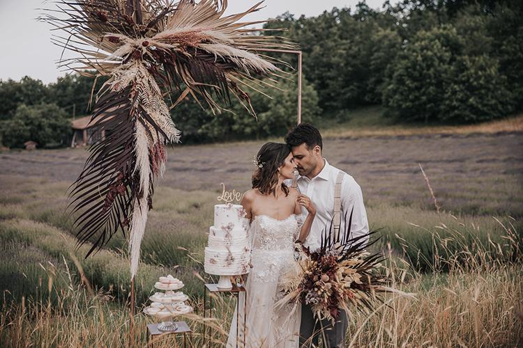 wedding arch, boho wedding arch, country wedding, lavender field wedding inspiration, wedding cake, matrimonio campo lavanda, taglio torta matrimonio, matrimonio 2021