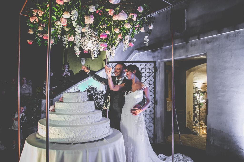wedding cake cutting, taglio torta, stunning wedding cake boackdrop, elegant wedding inspiration